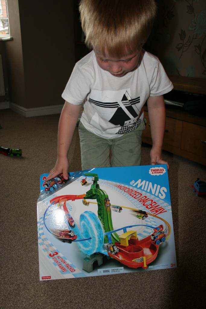 Thomas And Friends Minis Motorised Raceway review in the box toys