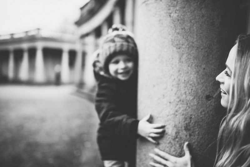 cathryn wood photography photographer norfolk and suffolk based wedding and family photoshoots eaton park norwich in black and white mother and son hiding peek a boo