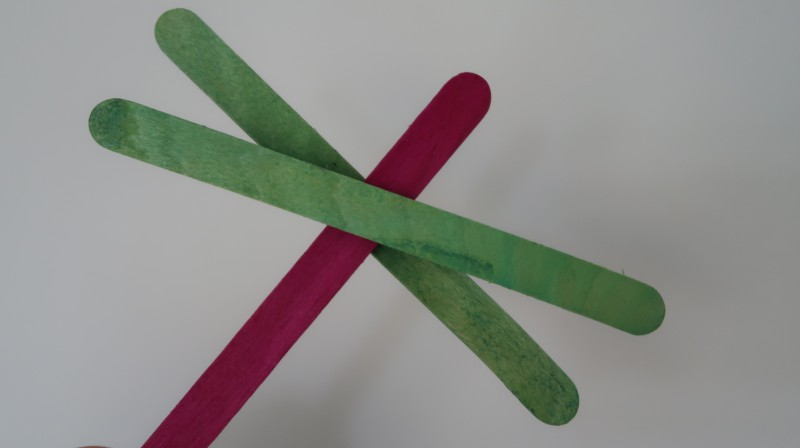super-simple-dragonfly-flying-preschool-crafts-easy-simple-materials-at-home-finished-result