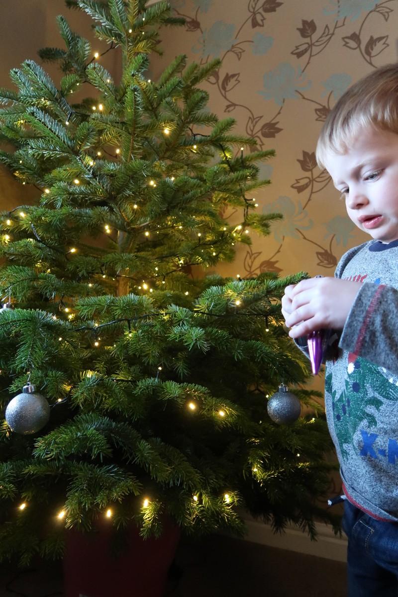 cox and cox mantelpiece garland mantel decoration christmas wreath pine cone botanical greenery inspiration